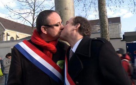 7757388938_le-baiser-entre-les-deputes-yann-galut-et-nicolas-bays