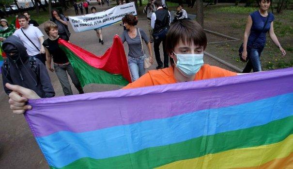119214_des-membres-de-la-communaute-gay-russe-lors-d-un-rassemblement-a-moscou-le-22-mai-2011
