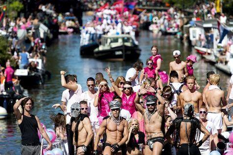 540494-des-participants-a-la-gay-pride-d-amsterdam-le-3-aout-2013