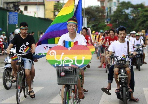 631201_des-militants-de-la-cause-homosexuelle-defilent-a-velo-le-4-aout-2013-a-hanoi-dans-le-cadre-de-la-gay-pride