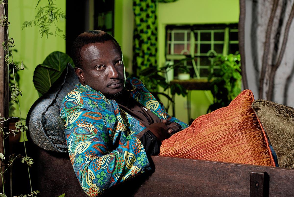 un c l bre crivain kenyan r v le son homosexualit 24gay. Black Bedroom Furniture Sets. Home Design Ideas