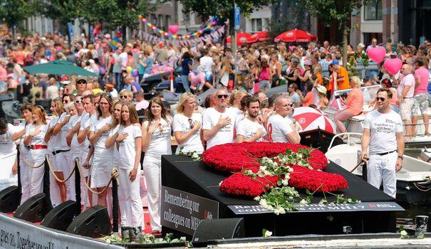 la-gay-pride-sur-les-canaux-d-amsterdam-rend-hommage-aux-victimes-du-crash-de-l-avion-de-la-malaysian-airlines-le-2-aout-2014_5006819
