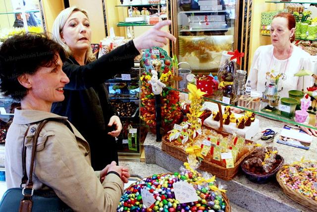 francoise-grolet-et-marine-le-pen-dans-une-boutique-de-metz-ce-vendredi-matin-photo-karim-siari-001