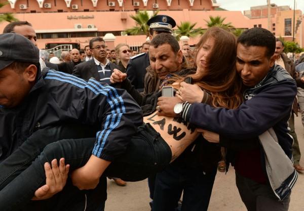 4900153_6_0adc_arrestation-d-un-militante-femen-devant-le_84578ae7a95e9a25477c030acec9b205