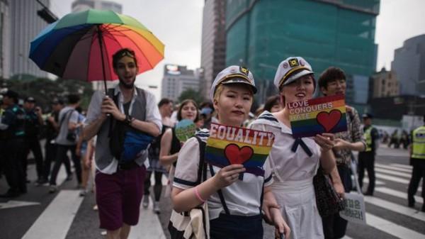 des-participants-a-la-gay-pride-le-11-juin-2016-a-seoul_5614181