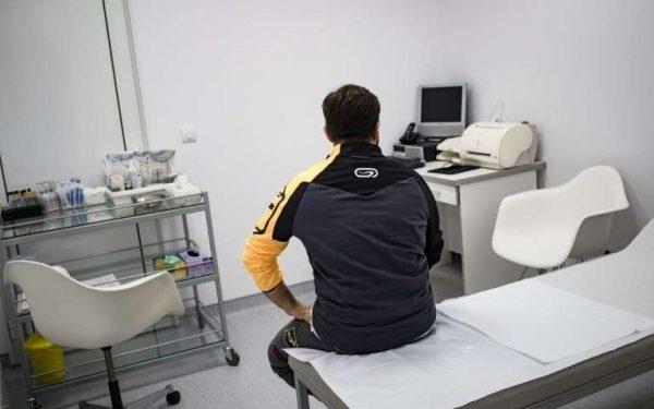 un-anesthesiste-italien-anonyme-est-assis-sur-un-lit-d-hopital-apres-son-operation-de-changement-de-sexe-dans-une-clinique-specialisee-a-belgrade-le-11-octobre-2016