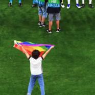 Euro : un activiste avec un drapeau LGBT perturbe l'hymne hongrois