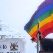 Un californien plante le drapeau arc-en-ciel en Ouganda
