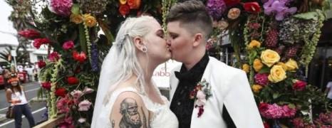 Nouvelle-Zélande : un couple lesbien se marie en pleine gay pride