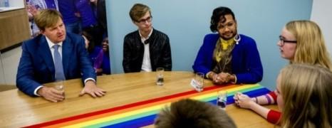 Pays-Bas : le roi rend visite à la communauté LGBT