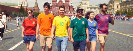 Des militants LGBT défient la censure russe avec des maillots de foot
