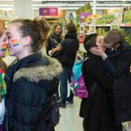 200 personnes s'embrassent dans un supermarché pour soutenir un couple gay