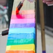 Une croix imposée à Gay Street repeinte aux couleurs LGBT