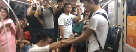 Un couple gay fait le buzz dans le métro de Pékin