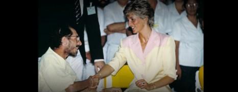 Photo du Jour : Diana serre la main d'un malade du Sida