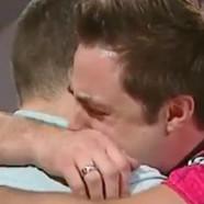 Un joueur de bowling embrasse en direct son ami