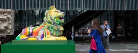 A Hong Kong, les lions arc-en-ciel de HSBC font peur