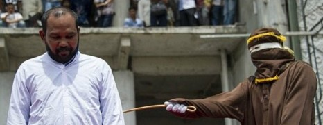 Indonésie : un couple gay menacé d'être puni de 100 coups de canne