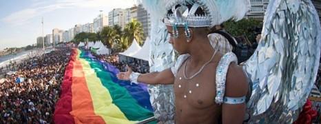Un géant drapeau arc-en-ciel déployé pour la gay pride de Copacabana