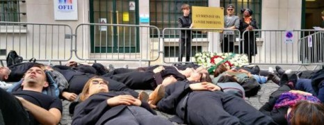 Des militants protestent contre les expulsions d'étrangers séropositifs