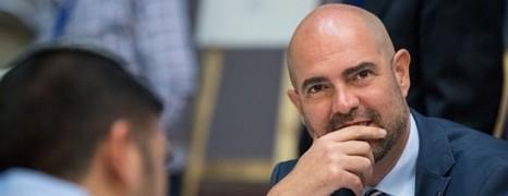 Fidèle du Likud et ouvertement gay, il devient ministre de la Justice