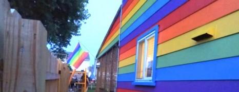 La solution d'un couple gay pour contrer leurs voisins homophobes