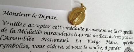 Une médaille de la Vierge pour les pro-mariage gay