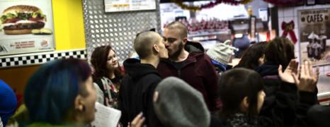 Un gay kiss-In dans un Burger King de Madrid