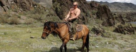Russie : l'auteur de la loi homophobe veut interdire les hommes torse nu